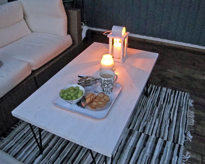Iltapala terassin pöydällä