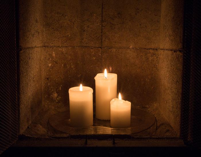 Kynttilät takassa
